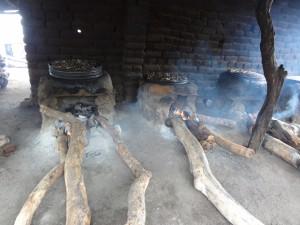 マラウィ燻製に使う薪